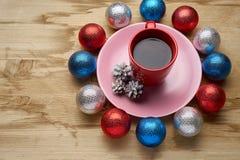 Het speelgoed en de koffie van het nieuwjaar op de houten lijst Stock Fotografie