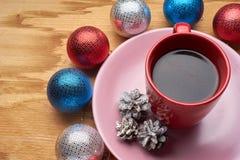 Het speelgoed en de koffie van het nieuwjaar op de houten lijst Stock Afbeelding