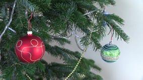 Het speelgoed van de kerstboombal en decoratie en knipoogje witte slinger stock video