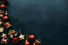 Het speelgoed van de Kerstmisvakantie op donkere achtergrond Royalty-vrije Stock Afbeeldingen