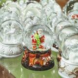 Het speelgoed van glaskerstmis, herinneringen - sneeuwballen op de teller van de Kerstmismarkt stock foto's