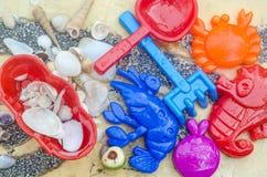 Het speelgoed van het de zomerstrand in de vloer Stock Afbeeldingen