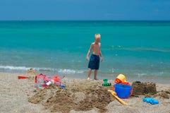 Het speelgoed van het zand bij het strand stock fotografie