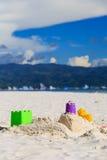 Het speelgoed van jonge geitjes op zandstrand Stock Afbeeldingen