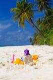 Het speelgoed van jonge geitjes op zandstrand Stock Foto