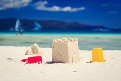 Het speelgoed van jonge geitjes op zandstrand Royalty-vrije Stock Foto