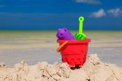 Het speelgoed van jonge geitjes op zandstrand Royalty-vrije Stock Afbeeldingen