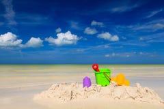 Het speelgoed van jonge geitjes op zandstrand Stock Foto's