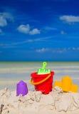 Het speelgoed van jonge geitjes op zandstrand Royalty-vrije Stock Fotografie