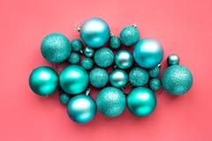 Het speelgoed van Kerstmis Blauwe ballen op roze hoogste mening als achtergrond Royalty-vrije Stock Foto's