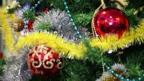 Het speelgoed van Kerstmis op de Kerstboom stock footage