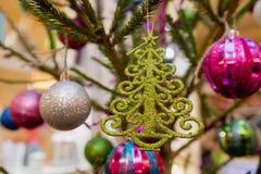 Het speelgoed van Kerstmis op de Kerstboom royalty-vrije stock afbeeldingen