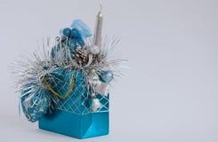 Het speelgoed van Kerstmis op grijze achtergrond Royalty-vrije Stock Afbeeldingen