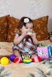 Het speelgoed van meisjespelen. Stock Afbeeldingen