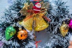 Het speelgoed van het nieuwjaar Kerstmisdecoratie met klokken, giften stock foto's