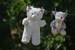 Het speelgoed van pluchekinderen ` s hangt op de draad stock foto's