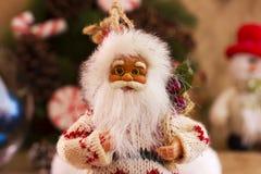 Het speelgoed van Santa Claus en van de Kerstboom in een ronde glasvaas Royalty-vrije Stock Foto's