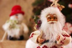 Het speelgoed van Santa Claus en van de Kerstboom in een ronde glasvaas Stock Afbeeldingen