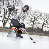 Het speelijshockey van de jongen. stock foto