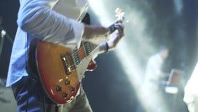 Het speeloverleg van de het stadiumscène van gitaarles Paul stock videobeelden