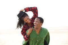 Het speelse Afrikaanse Amerikaanse paar glimlachen royalty-vrije stock afbeeldingen