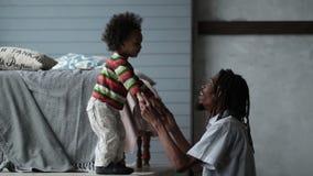 Het speelse hipsterpapa spelen met zijn zoon thuis stock video