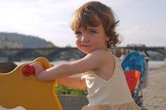 Het speelse meisje schommelen Royalty-vrije Stock Fotografie