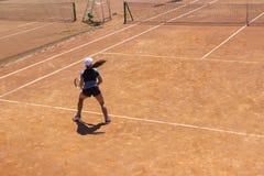 Het speeltennis van de vrouw Jonge tennisspeler met een racket Het speeltennis van het meisje royalty-vrije stock fotografie