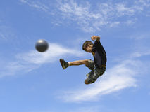 Het speelvoetbal van de jongen Royalty-vrije Stock Foto