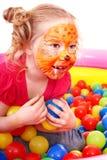 Het spel kleurrijke ballen van het meisje. Royalty-vrije Stock Foto