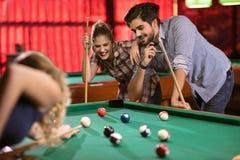 Het spel van het biljart groep vrienden die pool samen spelen royalty-vrije stock foto