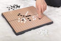 Het spel van Boardgamereversi in actie Stock Afbeelding