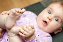 Het spel van de baby met tenen Royalty-vrije Stock Foto