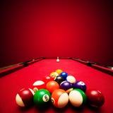 Het spel van de Billardspool. Kleurenballen in driehoek, die richtsnoerbal beogen Royalty-vrije Stock Foto
