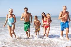 Het spel van de drie generatiefamilie op strand Royalty-vrije Stock Fotografie