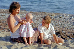 Het spel van de familie op een strand Royalty-vrije Stock Afbeelding