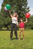 Het spel van de jongen en van het meisje in zonnedag Stock Afbeeldingen