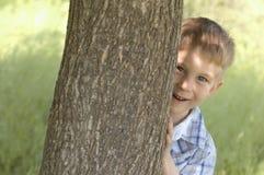 Het spel van de jongen huid-en-zoekt Royalty-vrije Stock Foto's