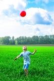 Het spel van de jongen met bal Stock Foto
