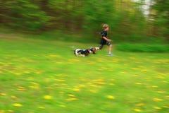 Het spel van de jongenshond stock afbeeldingen