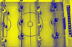 Het spel van de lijstvoetbal met gele en blauwe spelers stock fotografie