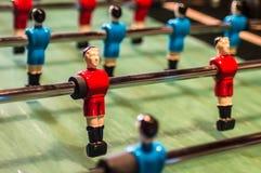 Het spel van de lijstvoetbal, Voetballijst met rode en blauwe spelers royalty-vrije stock afbeeldingen
