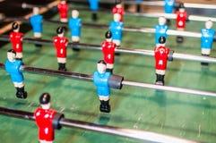 Het spel van de lijstvoetbal, Voetballijst met rode en blauwe spelers stock fotografie