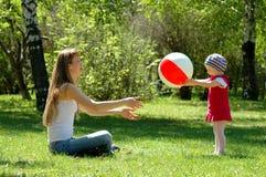 Het spel van de moeder en van het kind met bal Stock Foto