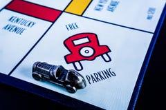 Het Spel van de monopolieraad - Auto in VRIJE PARKERENdoos royalty-vrije stock foto's