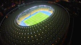Het spel van de nachtvoetbal bij groot stadion, lucht, mooi panorama stock footage