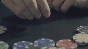 Het spel van de pook Mensen` s handen die met pookspaanders spelen stock videobeelden