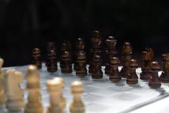 Het spel van de schaakraad, bedrijfs concurrerend concept, ontmoet moeilijke situatie, het verliezen en het winnen stock afbeelding