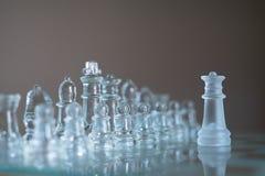 Het spel van de schaakraad van glas, bedrijfs concurrerend concept wordt gemaakt dat royalty-vrije stock fotografie
