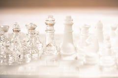 Het spel van de schaakraad van glas, bedrijfs concurrerend concept wordt gemaakt dat royalty-vrije stock afbeelding